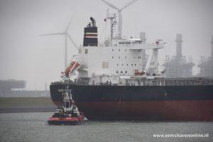 Bulkcarrier Nord Draco verlaat Eemshaven met twee sleepboten