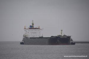 Bulkcarrier Chrysanthi S met twee sleepboten de Eemshaven in