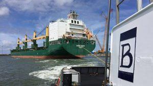 Madrid Trader met twee sleepboten de Eemshaven uit