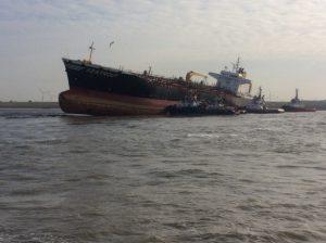 Olietanker SEATROUT na aanvaring vastgelopen in het Nauw van Bath.