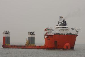 Zware lading schip Fjord naar de Sloehaven, 17-07-17