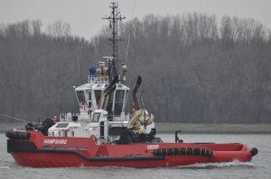 HAMPSHIRE, BUIZERD en de duwboot WALVIS vanuit de Europoort met het Containerschip SAMBA naar Damen Verolme in de Botlek