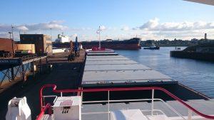 Benardus en Telstar assisteren een Chinese bulkcarrier naar de Noordersluis