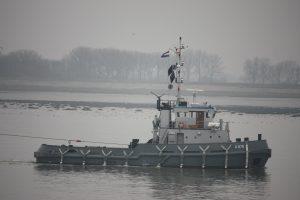Gouwe met op sleep A-856 vanuit Den Helder naar Vlissingen