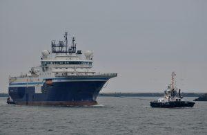 Venus en Arion brengen sleep van Multratug 20 binnen te IJmuiden