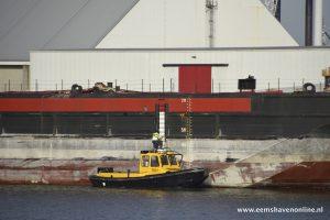 Twee sleepboten slepen Wagenborg Barge 10 naar zee