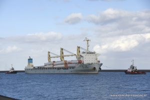 Zware lading schip Da Chang meert af in de Eemshaven met twee sleepboten