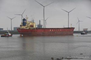 Bulkcarrier Navios Felicity met twee sleepboten de Eemshaven uit