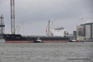Bulkcarrier met twee sleepboten de Eemshaven in