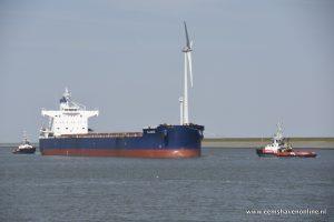Bulkcarrier Q Jake met twee sleepboten de Eemshaven in