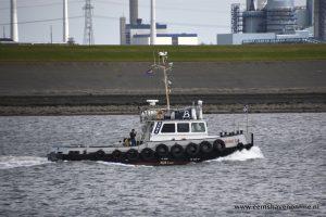 Sleepboot Gruno II assisteert vissersboot bij afmeren