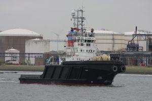 Thor met Atlantis met op sleep de JB 117 Stuurboot de En Avant 10 (08-06-17)