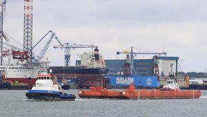 DMS STORK met UR 902 naar zee
