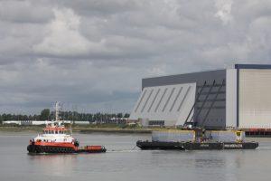 Noordstroom met op sleep de Lastdrager 25 uit de Sloehaven op 13-08-17.