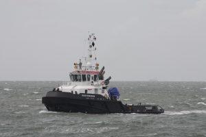 Dian Kingdom met op sleep de CC Atlantique op 18-08-17. Stuurboot de Multratug 1
