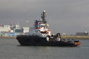 Zeus of finland met Svanen op sleep naar de Sloehaven, op 04-12-17.  Stuurboot was de Multratug 14.