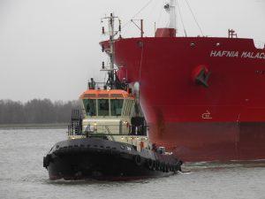 Tug 20 & Tug 42 met Hafnia Malacca