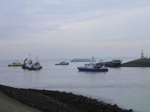 Binnenvaartschip EWA vast bij Hansweert