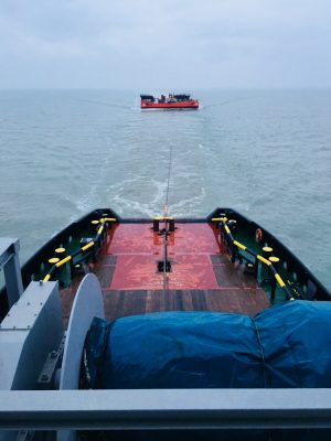 Sleeptransport UR-97 met zeesleper Centaurus en havensleper Union 6