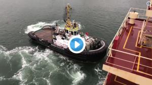 Loods Elco Oskam van Loodswezen dirigeert olietanker Maersk behendig door Haven Rotterdam