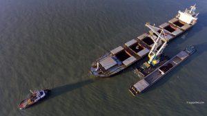 WULF 7 als standbyboot bij overslag in de put van Terneuzen