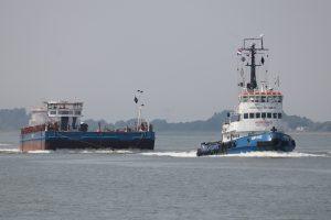 Russische sleepboot Norsund met ponton Ark 11