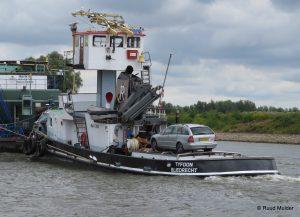 TYFOON afvarend op de IJssel bij Dieren.