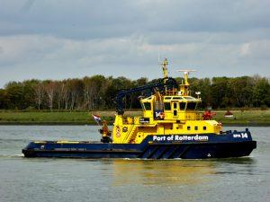 SMIT HUDSON en SMIT CHEETAH met ponton casco's van binnenvaartschepen