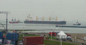 Slepers trekken bulkcarrier SAN ANTONIO van havendam te Terneuzen