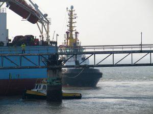 Multratug 13, 17, 22 , 28 & VLB2 met Maersk Magellan