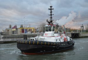 Tug 30 & Tug 50 met Kirsten Maersk