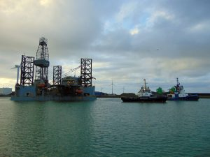 Fairplay-35 met jack-up rig NSC 71