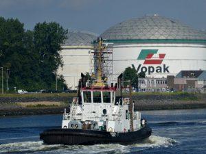 FAIRPLAY-27 en BUGSIER 1 vanuit de Brittanniëhaven, onder de Calandbrugdoor naar het Calandkanaal.